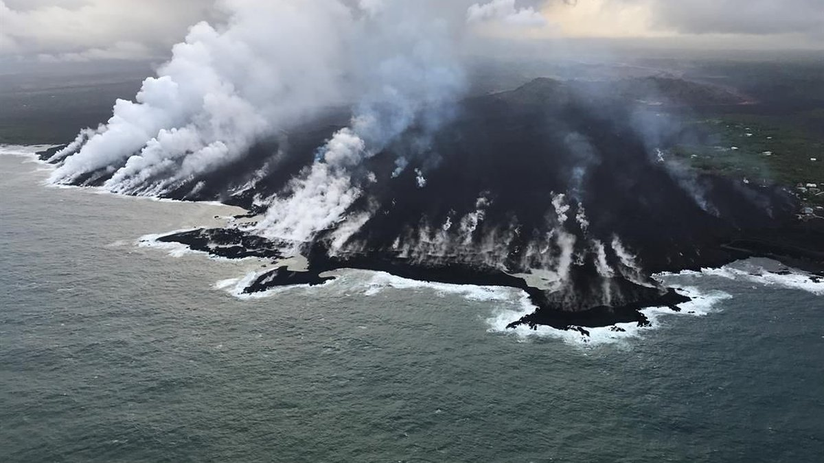 Lava flows enter the ocean in the Kapoho area Tuesday morning. (IMAGE: U.S. Geological Survey)
