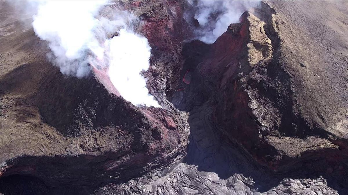 The flow from fissure no. 8 has stopped, but emissions continue. (Image: USGS)