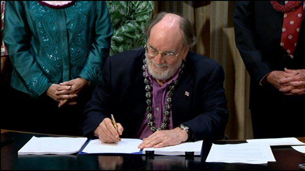 Governor Abercrombie signs Senate Bill 651