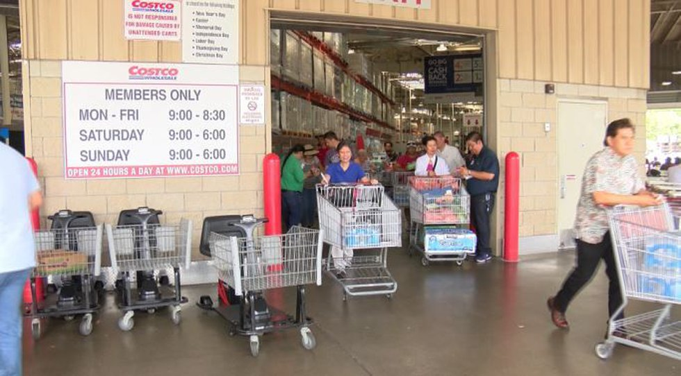Shoppers flocked to pick up last-minute essentials ahead of Hurricane Lane. (Image: Hawaii News...