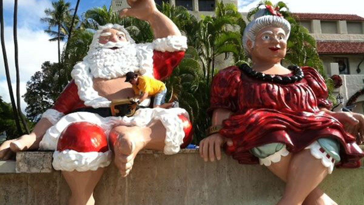 Shaka Santa and Tutu Mele outside of Honolulu Hale