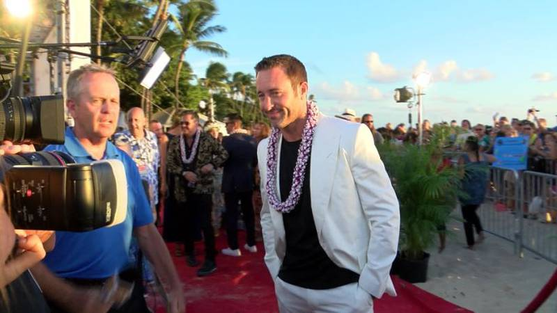 Alex O'Loughlin poses for pictures on the Red Carpet. (Image: Hawaii News Now)