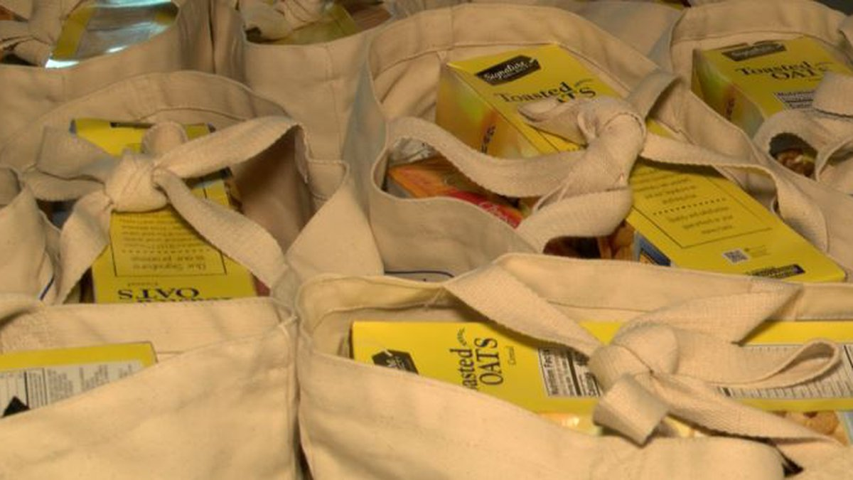 Food distributions continue for federal workers affected by the government shutdown. (Image:...