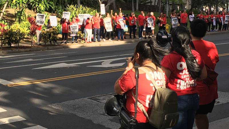 Hilton Hawaiian Village workers rallied in Waikiki, calling for better pay and benefits (Image:...