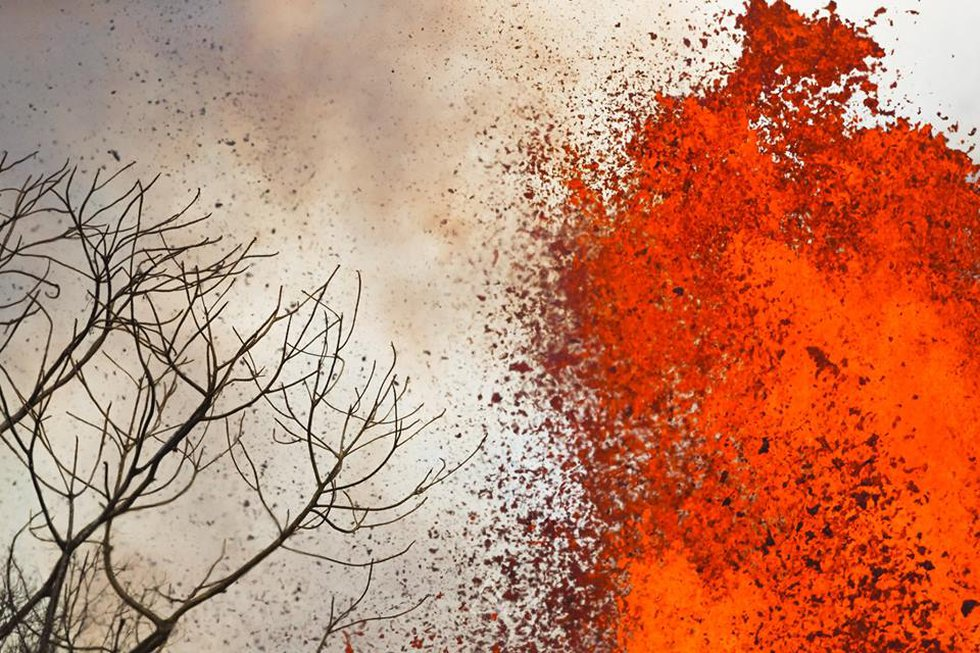 Towering lava fountains shoot from fissure no. 8 in Leilani Estates. (Image: Andrew Hara)