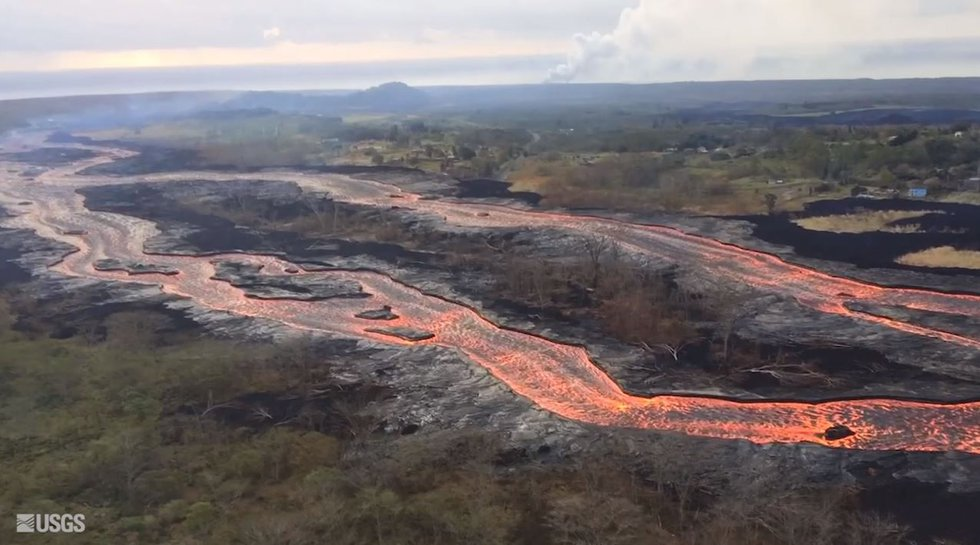 Rivers of lava flow from fissure no. 8 toward the sea off Kapoho. (Image: USGS)