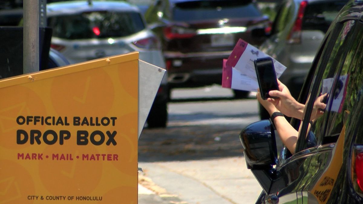 Last-minute voters headed to Honolulu Hale to cast their ballots in Hawaii's primary election.