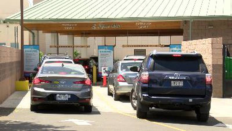 Lines of cars waited to pull into Flagship Car Wash in Waipio Friday.