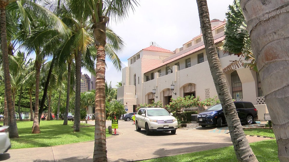 Last-minute voters turned out at Honolulu Hale for the primary election.